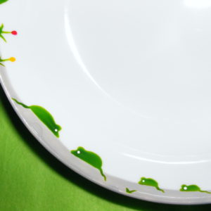 détail assiette calotte porcelaine blanche décor souris vertes
