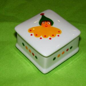 Boîte carrée en porcelaine peinte à la main, décor lutins circus en vert jaune et rouge