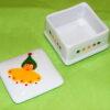 Boîte carrée ouverte en porcelaine peinte à la main, décor lutins circus en vert jaune et rouge