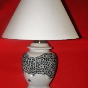 Lampe en porcelaine peinte à la main, décor dentelle noire,avec abat-jour