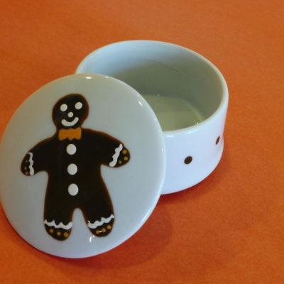Boîte ronde ouverte en porcelaine blanche peinte à la main, décor bonhomme en pain d'épices