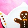 Détail coupelle repose sachet de thé en porcelaine peinte à la main, décor bonhomme en pein d'épices
