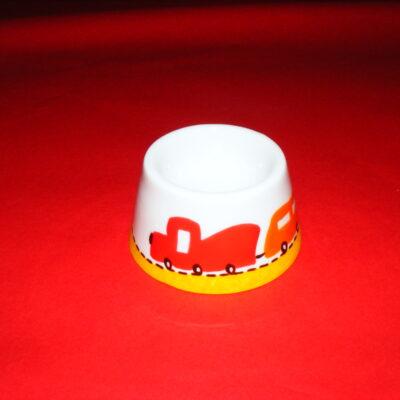 Coquetier cône en porcelaine blanche peinte à la main, décor petit train rouge et orange
