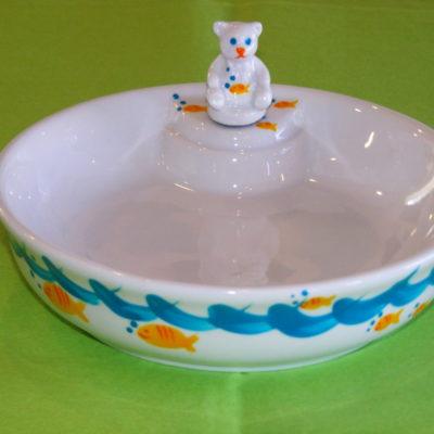 Assiette chauffante Bébé en porcelaine blanche peinte à la main, décor petits poissons jaunes bulles