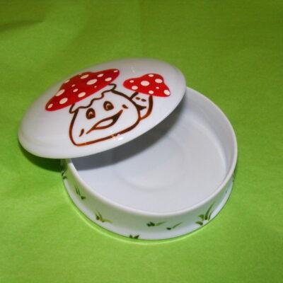 Boîte ronde plate ouverte en porcelaine blanche peinte à la main, décor champignons rigolos