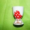 Verso coquetier classique en porcelaine blanche peinte à la main, décor champignons rigolos