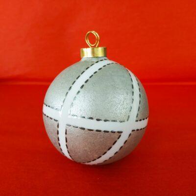 Boule de Noël en porcelaine blanche peinte à la main, décor couture argent étain